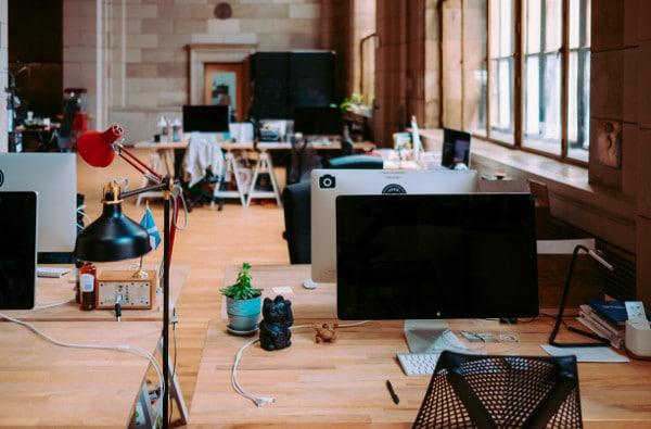 Werkplekken van kantoormensen met slapend dienstverband