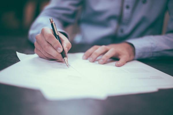 Man schrijft gerechtelijke brief