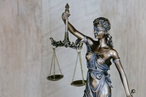 Vrouwe justitia - symbool voor rechtszaak beginnen