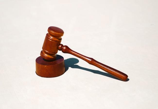 Hamer van kantonrechter in rechtszaal